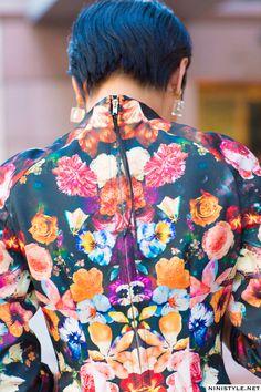 Prints in street style. Floral Fashion, Fashion Colours, Fashion Details, Fashion Prints, Feminine Fashion, Frock And Frill, Textiles, Fashion Beauty, Womens Fashion