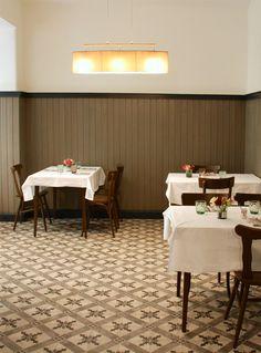 Léontine Bistro (c) STADTBEKANNT - Das Wiener Online Magazin Restaurants, Conference Room, Table, Furniture, Home Decor, Diners, Homemade Home Decor, Meeting Rooms, Mesas