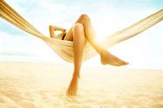 Kobieta relaksujący w hamaku na plaży stock photo