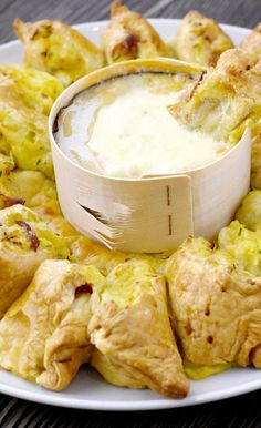 Thanksgiving Recipes Ingredients: ready puff pastry 1 oven cheese kg potatoes 3 tablespoons sour cream 1 … Benefits Of Potatoes, Homemade Pastries, Baked Cheese, Good Food, Yummy Food, Meat Appetizers, Puff Pastry Recipes, Snacks Für Party, Couscous