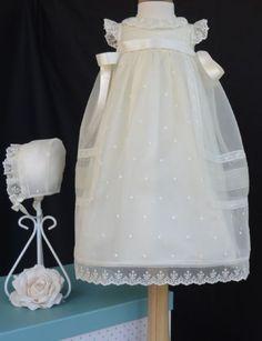 Conjunto faldón y capota de bautizo con bordados. tallas 3 y 6 meses.