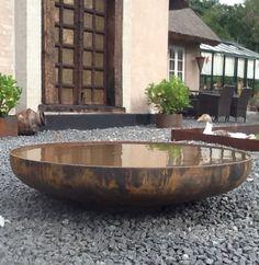 Rundt spejlbassin på sten. Rundt spejlbassin / fuglebad rust/ubehandlet med en diameter fra 60 cm til 150 cm. Det mest solgte bassin er 80 cm i diameter, har en dybde på 12 cm, 4 mm i ståltykkelse og indeholder ca. 35 liter vand. Dybde 12 i midten. Den runde form skaber ro og vandet danner en flot spejleffekt. Spejlbassinet skaber et unikt miljø i din have nedgravet eller frit stående på din terrasse. Dansk produceret med lang levetid
