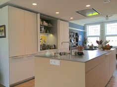 Moderne keuken in jonge restauratie in Amsterdam Zuid