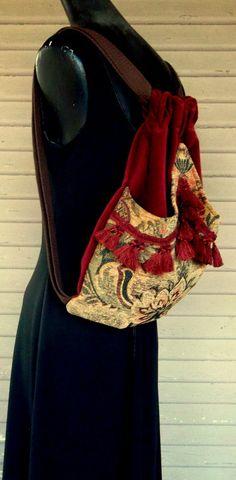 Original sac à dos à la main avec un velours de coton rouge brique. La poche extérieure est une tapisserie chenille garni de franges qui arches au milieu et cousu au point. Cette poche extérieure est bordée de satin. Le sac lui-même est surfilé à lintérieur et mesure 14 « x 18 ». Les sangles sont 1 sangle coton brun. Ce sac à dos est idéal avec celui à lextérieur de la poche pour ranger votre eau ou votre livre. Le rend idéal pour sur les filles vont. Pour voir les sacs à dos plus à aller à…