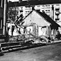 Ondavská ulica v roku 1987 počas búrania pred výstavbou panelových domov. Jediná budova, ktorá dnes ešte stojí, je bytový dom na Trnavskej v pozadí. Dnes nadstavený a zateplený. Foto nám venoval Juraj Pivovárči. Ďakujeme.