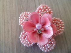 Bico de pato com flor bordado em perolas e aplique de cristal.