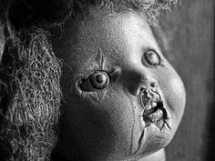 Eerie | Creepy | Surreal | Uncanny | Strange | 不気味 | Mystérieux | Strano | Decaying composition doll