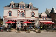 Hotel de la Plage Piriac Sur Mer Hotel de la Plage is located in the village of Piriac-sur-Mer, just 15 metres from the Saint-Michel beach. It offers rooms with a flat-screen TV and satellite channels.  Each room at the Plage Hotel is decorated with warm colours.