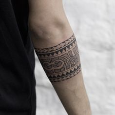 What does armband tattoo mean? We have armband tattoo ideas, designs, symbolism and we explain the meaning behind the tattoo. Armband Tattoo Mann, Tattoo Arm Mann, Tribal Armband Tattoo, Armband Tattoos For Men, Armband Tattoo Design, Tribal Tattoos, Tattoos For Guys, Maori Tattoos, Polynesian Tattoos