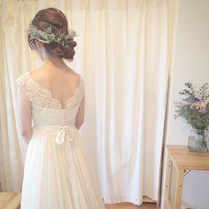 昨日とはまた違い、本日は紫のお花でコーディネートさせていただきました ドレスがシンプルなので髪には多めにグリーンと紫を^ ^ お話を伺って沢山の緑に囲まれたお式になりそうでしたのでご新婦さまにはお色が入るのも良いかなぁと^ ^ とっても可愛いかったです* #weddingdress #wedding #ウェディング #ウェディングドレス #maisonsuzu #レース