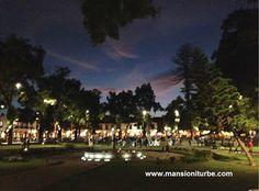 Vista nocturna de la Plaza Vasco de Quiroga en Patzcuaro