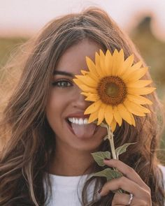 Ideas Photography Portrait Couleur For 2019 - amaya Creative Portrait Photography, Photography Poses Women, Girl Photography Poses, Kreative Portraits, Cute Poses For Pictures, Shotting Photo, Photographie Portrait Inspiration, Sunflower Photography, Flowers Instagram