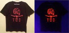Aviso aos série maníacos! Chegaram as camisetas baseadas em The Walking Dead Pintadas a mão, estampas fluor exclusivas, pode ser feita com seu personagem favorito! Peça já a sua!  #twd #thewalkingdead #daryldixon #teamdixon #tonight #harleydavidson #phoenixamericanmex #curitiba #curitibacool #curitiba360 #artepravestir #almadascores #handmadeshirt