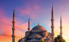 Estambul, Turquía Una de las ciudades más magníficas del mundo y una de las más hermosas de Europa (porque sí, está entre dos continentes y no es sólo asiática). Caliente, sensual, hermosa… Estambul es el bullicio de la gente ocupada en los mercados y las mezquitas maravillosas. No te pierdas una visita a la Mezquita Azul y a Santa Sofía, sumérgete en la opulencia del pasado otomano en el Palacio de Topkapi y da un crucero por el Bósforo. ¡Un lugar mágico!