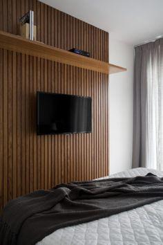 painel de madeira ripada para televisão no apartamento assinado por Studio eloy e Freitas Living Wall, Home, Home Bedroom, Interior Furniture, Home Deco, Bedroom Decor, Interior Design, Pooja Room Door Design, Furniture Design