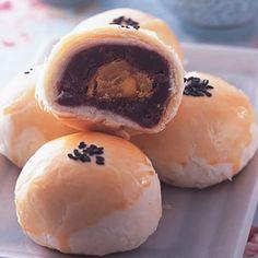 蛋黃酥(3) Pao Recipe, Traditional Chinese Food, Moon Cake, Allrecipes, Hamburger, Pudding, Bread, Sweet, Desserts