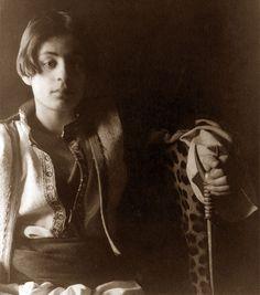 Sensibile scrittore divenuto celebre per la poetica raccolta di scritti riuniti nel volume ''Il profeta'', Kahlil Gibran è nato il 6 gennaio 1883 a Bisharri (Libano), da una famiglia piccolo-borghese maronita. I genitori erano cristiani maroniti, cattolici della Palestina settentrionale;crebbe con due sorelle, Mariana e Sultana, e il fratellastro Boutros, nato dal primo matrimonio della madre,...