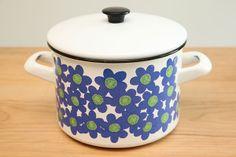 at kitchen [Arabia Finland finel enamel pot] Vintage Dishware, Vintage Enamelware, Vintage Ceramic, Vintage Kitchen, Enamel Dishes, Cherry Kitchen, Kitchenware, Tableware, Happy Kitchen