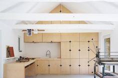 Modal Architecture est un studio français fondé en 2008 par Gwendal Hervé et Monique Bastos. Les deux architectes sont à l'origine de cette réhabilitation d'une grange en atelier de gravure et espace d'exposition.  La pureté et l'espace prédominent dans ce lieu, le point fort est apporté par ces armoires-sculptures réalisées par le menuisier Yvon Le Houérou. On remarque les découpes en forme d'étoile qui servent de poignées et amènent un coté graphique au dessin minimaliste.