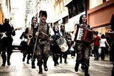 Entre os dias 5 e 14 de novembro, acontece a 5ª Mostra de Teatro de Rua Lino Rojas. São 22 espetáculos de grupos de teatro de rua de todo o Brasil apresentados em espaços públicos de São Paulo, com entrada Catraca Livre.