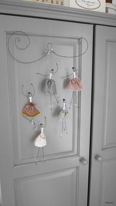 DIY White Christmas Decorations for the Home Wire Crafts, Diy And Crafts, Crafts For Kids, Paper Dolls, Art Dolls, Wire Art Sculpture, Plaster Sculpture, Handmade Home Decor, Pottery Barn Kids