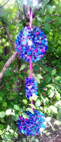 Here plastic beads are melted to create these amazing suncatchers. #suncatchers #kidscrafts #vintageteaparty