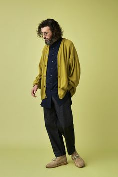 Opt for a mustard cardigan and charcoal chinos to pull together an everyday getup that's full of style and personality. Complete your ensemble with tan suede desert boots and off you go looking incredible. Best Mens Fashion, Look Fashion, Fashion Outfits, Librarian Style, Desert Boots, Mens Clothing Styles, Soft Grunge, Menswear, Street Style