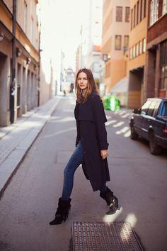 Jeans Anine Bing, abrigo H (Trend), cartera Chanel y botas Isabel Marant.