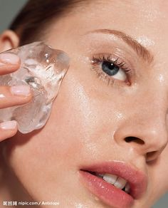 7 Ice beauty DIYs Puffy eyes: Brew strong green tea and pour it in an ice cube tray. Wrap the green tea ice cube in a cloth and use it under the eyes to reduce puffy eyes and brighten the under eye area. You can also make iced cotton pads to reduce dark circles naturally.