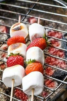 de fraises et Chamallows au barbecue Brochette de fraises et Chamallows au barbecue - How great would this be at your Labor Day BBQ?Brochette de fraises et Chamallows au barbecue - How great would this be at your Labor Day BBQ? Barbecue Recipes, Grilling Recipes, Cooking Recipes, Vegetarian Grilling, Healthy Grilling, Grill Dessert, Bbq Desserts, Birthday Bbq, Summer Barbecue