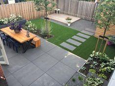 Kindvriendelijke tuin met kunstgras en grote tegels Child-friendly garden with artificial grass and large tiles