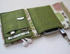 Die perfekte all-in-One-Lösung für digitale Kameras, Droiden und iPods unterwegs!  Eine Brieftasche Herden Ihre nerdy Kleinigkeiten an einem Ort! Täuschend geräumig und doch klein genug, um in einer Manteltasche, Laptop-Tasche oder Handtasche passen. Schauen Sie sich die Tasche Layout und Messungen auf dem letzten Foto.  Die Nerd Herder Brieftasche ist aus eine Anbindung verstärktem Gewebe außen gebaut (Stoff Platzierung kann leicht variieren), eine koordinierte Wolle Filz Tasche innen und…