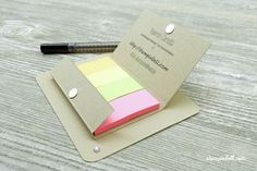 Post It Verpackung mit Stift Halterung Kataloggoodie Stampin Up! Magnetverschluss Buffalo, Post It Note Holders, Office Supplies, Notebook, Madness, Shoe, Cardboard Packaging, Boxes, Tutorials