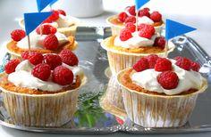 Sega kladdkakepajer m lättvispad grädde Grandma Cookies, Cookie Box, Fika, Mini Cupcakes, Muffins, Food And Drink, Pudding, Sweets, Fruit