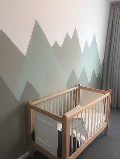 Baby boy mountain theme vintage crib wood mountain nursery babyboy babyboysroom vintage ledikant hout babykamer jongen bergthema