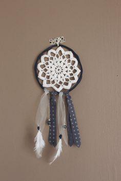 Handmade dreamcatcher navy & white // Lace, beads,feathers par GraceetRose, €14.00