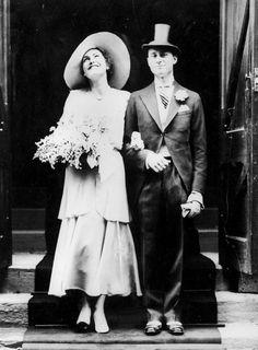 Dans les années 1930, le code vestimentaire des mariés évolue. On remarquera sur ce cliché de 1931 des tenues rétro, ainsi que l'omniprésence des chapeaux pour l'homme comme pour la femme.