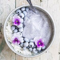 Regram from - Light mauve smoothie bowl vibes💜Tag your photos with and we will regram our favourite Fruit Smoothies, Healthy Smoothies, Smoothie Recipes, Healthy Drinks, Cute Food, Yummy Food, Kreative Desserts, Cute Desserts, Breakfast Bowls