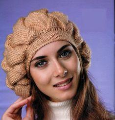 вязаная спицами шапка берет с фигурным узором. Фото №1