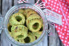 Pesto-Minigugl | Einen Teig zubereiten aus 40 gr sehr weicher Butter 2 Eiern 50 gr Puderzucker 90 gr Mehl 100 gr Mascapone 25 gr gehackten Pistazien 40 ml Zitronensaft und dem Abrieb einer Biozitrone.