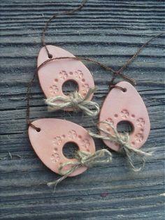 Ručne vyrobená ozdôbka z hnedej (terakotovej) keramickej hmoty v tvare vajíčka. Ozdobená je ručne vytlačeným kvetinovým vzorom a mašličkou z jutového špagátika. Každé vajíčko je z oboch str... Easter Crafts, Crafts For Kids, Arts And Crafts, Terracotta, Polymer Clay, Jar, Pottery, Ornaments, Spring