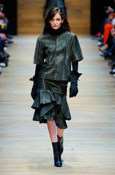 See the entire collection from the Guy Laroche Fall 2014 Ready-to-Wear runway show. Latex Fashion, All Fashion, French Fashion, Fashion Week, Fashion Show, Fashion Outfits, Womens Fashion, London Fashion, Guy Laroche
