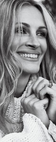 It's a pleasure to see an effortlessly beautiful image of a celebrity on the cover of a magazine, it happens so rarely. For its May 2014 issue, WSJ Magazine features a radiant Julia Roberts on the cover. Julia Roberts, Iconic Women, Famous Women, Famous People, Beautiful Smile, Beautiful People, Foto Picture, Wsj Magazine, Magazine Photos
