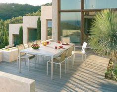 Salon de jardin haut de gamme aux lignes épurées et convivial http://www.m-habitat.fr/portails/types-de-portails/notre-selection-de-mobilier-exterieur-haut-de-gamme-4_R?&image=7