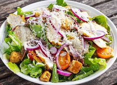 Ceasar salad with grilled chicken fillets, red onion rings, lettuce, orange cherry tomatoes Grilled Chicken Salad, Chicken Salad Recipes, Ceasar Salad, Cobb Salad, Menu Weight Watchers, Vegetarian Salad Recipes, Best Cookbooks, Salad Recipes Video, Health Dinner