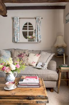 10 cottage style home ideas: how to create the cottage look. 10 cottage style home ideas: how to create the cottage look Country Cottage Living Room, Cottage Style Homes, Country Style Homes, Rustic Cottage, Cottage Design, Country Charm, Farmhouse Decor, French Cottage, Modern Farmhouse