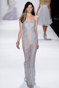 From the runway straight to Montreal, here is the gorgeous Badgley Mischka gown in Lilac available at Tres Chic Styling. Stand out from the crowd at your prom or even for a summer wedding. Make sure you come and try it and you'll see how incredible it is!