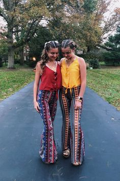 halloween costumes for teens - halloweencostumes Halloween Costumes For Teens Girls, Cute Group Halloween Costumes, Halloween Costumes For Girls, Halloween College, Halloween Candy, Halloween Halloween, 70s Outfits, Hippie Outfits, Baby Outfits