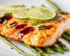 This roast salmon with lime and asparagus is a fish dish fit for royalty. The lime adds a citrus kick and the asparagus goes hand in hand with both. Heart Healthy Recipes, Healthy Dinner Recipes, Salmon Recipes, Fish Recipes, Salty Foods, English Food, English Recipes, Roasted Salmon, Asparagus Recipe