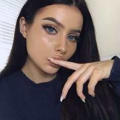 Uploaded by Aaaurélie S. Find images and videos about girl, style and hair on We Heart It - the app to get lost in what you love. Skin Makeup, Beauty Makeup, Hair Beauty, Medium Hair Cuts, Short Hair Cuts, Magical Makeup, Beautiful Lips, Beautiful People, Fresh Face